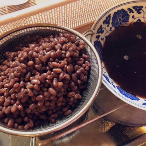 粒あんを炊く。小豆が茹で上がったところ。