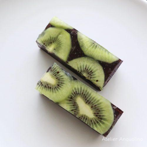 ペリドットをイメージした和菓子。キウイの寒天とチョコレートの水羊羹。