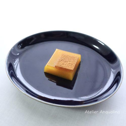 トパーズをイメージした和菓子。ラム酒入りかぼちゃの羊羹とシナモンゼリー。